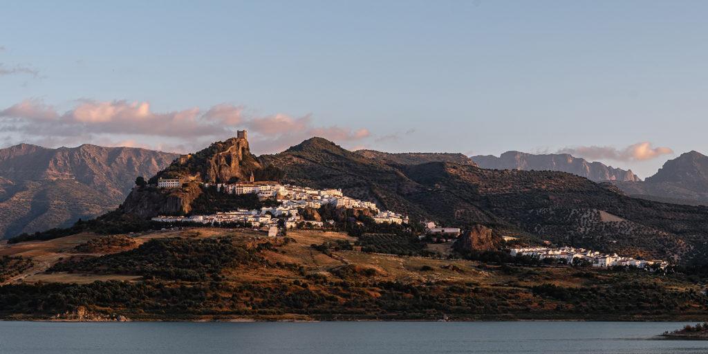 Leinwandbild - Das Bergdorf Zahara de la Sierra in Andalusien bei Sonnenuntergang