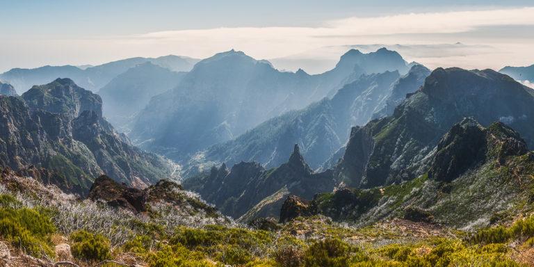 Leinwandbild - Erleuchtete Bergwelt auf Madeira
