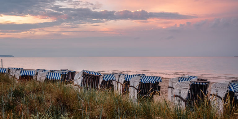 Leinwandbild - Strandkörbe in der Dämmerung auf Rügen