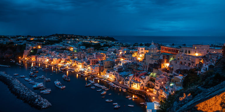 Leinwandbild - Leuchtendes Fischerdorf auf der Insel Prodica am Golf von Neapel