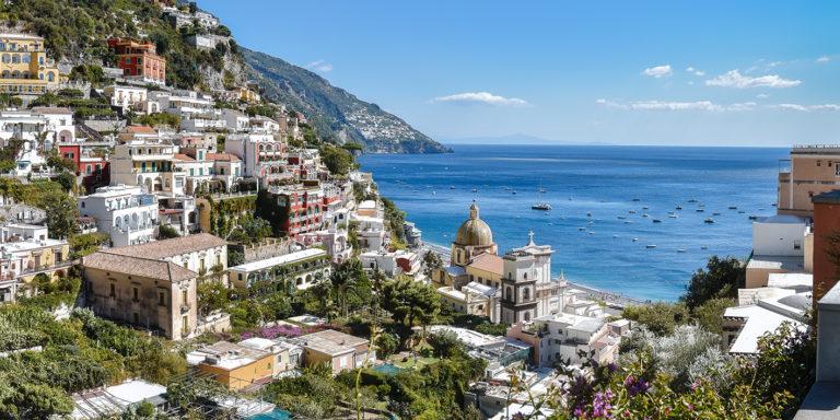 Leinwandbild - Italienische Küstenstadt Positano mit Meerblick