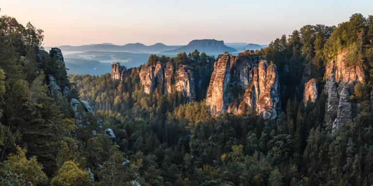 Leinwandbild - Sonnenlicht scheint auf Felsen am Morgen